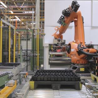 Verticale liften met robots als volautomatisch productieproces geïntegreerd